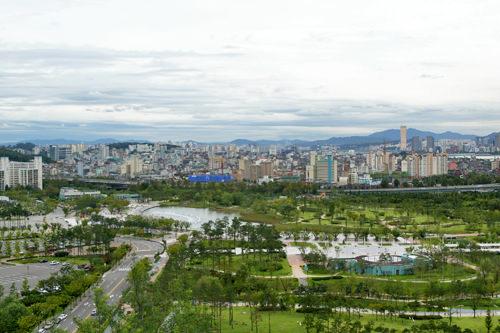 ワールドカップ公園2002年のサッカー日韓ワールドカップを記念して作られた公園。もともとはゴミの埋立地だった場所に造成されました。「自然と人間の共存」をテーマにした環境保全のシンボル的スポットです。