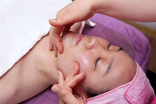 1.フェイシャル経絡マッサージクレンジング後、顔全体のリンパや筋肉を刺激し、顔のコリをほぐします。