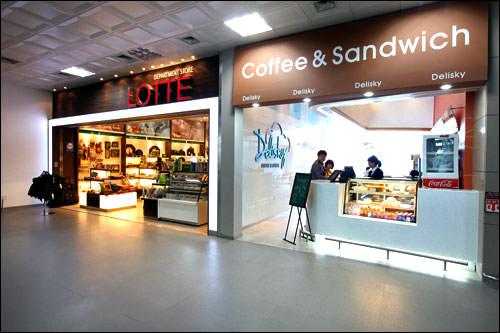 土産物屋(左)、カフェ