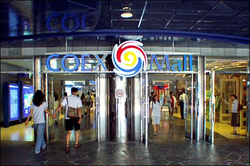COEX MALLSE7EN(セブン)の「ワジョ」が撮影されたスポット。ショッピングモールをローラーシューズで踊りながら滑る姿が初々しかったものです。