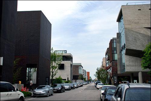 自然の中におしゃれな出版社がズラリ。建築雑誌の中にいるような韓国離れした町並み!