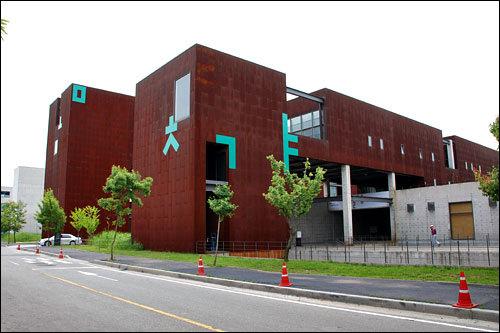 「アジア出版文化情報センター」「タシ マンナン セゲ」と「ヌナン ノム イェッポ」に出てきた茶色い建物は、きっとここに違いない!(力説)