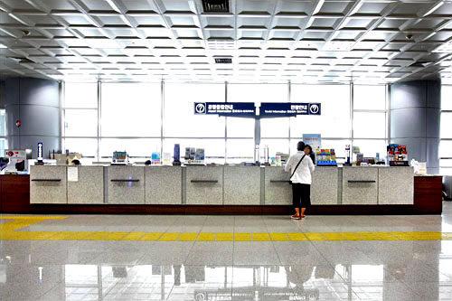 金海国際空港観光案内所(国際線)観光案内や空港内施設案内、交通案内、紛失物案内などのサービスがあります。国際線到着フロアGATE2と3の間に位置。