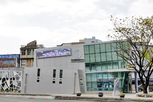 釜山総合観光案内所インターネット(30分無料)や観光案内用タッチパネル(日本語可)で釜山の情報を集めましょう。釜山出身の女優、チェ・ジウ関連グッズも展示(非売品)。