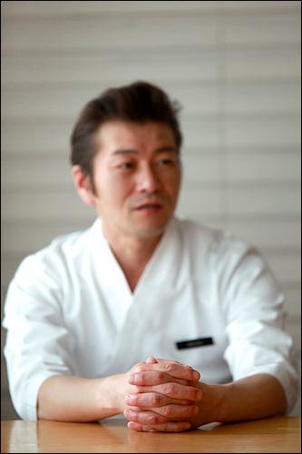 美味しい寿司を作りだす料理人の手
