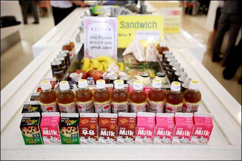 レジ前のオプションコーナーでは果物や飲み物、サンドイッチなどを販売