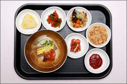 麺類(どんぐりの寒天とキムチ入り冷麦)
