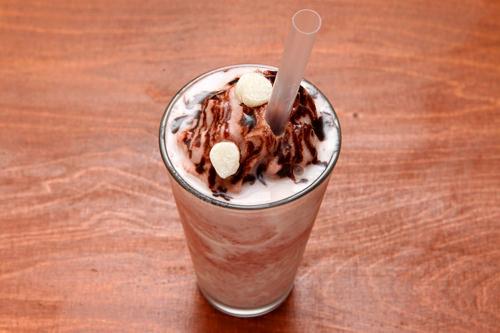 i'm t cafe「ピンスチーノ(夏季限定)」は小豆と氷のシェイク。練乳とチョコソースもたっぷり