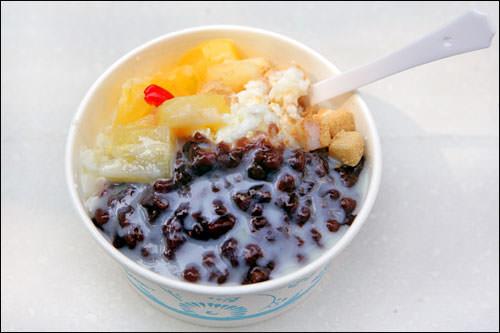 屋台夏によく見かける小豆かき氷。カクテルフルーツや練乳のチープな味がグッド
