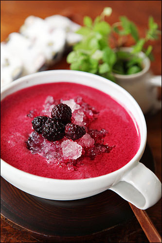 トゥラン夏季限定の覆盆子茶(ポップンジャチャ)アイス。トックリイチゴの甘酸っぱさがグッド