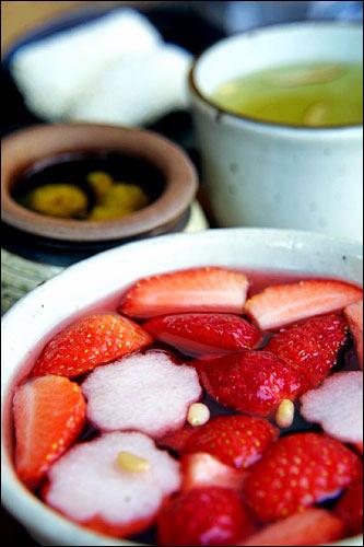 伝統茶院五味子茶に果物を刻んで浮かべた飲み物(夏季限定)。見た目もきれいなドリンク