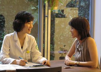 3.診断れ問診表を作成。来院者の悩みや希望に沿って韓方医と各分野の専門医によるダブル診断を行ないます。