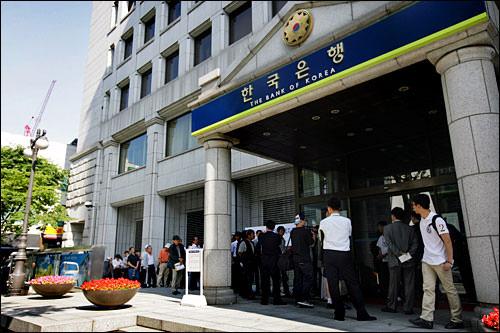 5万ウォン札発行当日。徹夜組は減ったものの、それでも長蛇の列