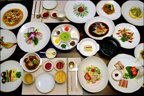 高級韓定食沢山のおかずが出てくる雰囲気満点の高級韓定食も、お店やコースによりますが、50,000ウォン前後で食べられます