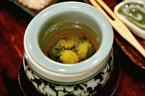 乾燥させた菊で作るクックァ(菊)茶