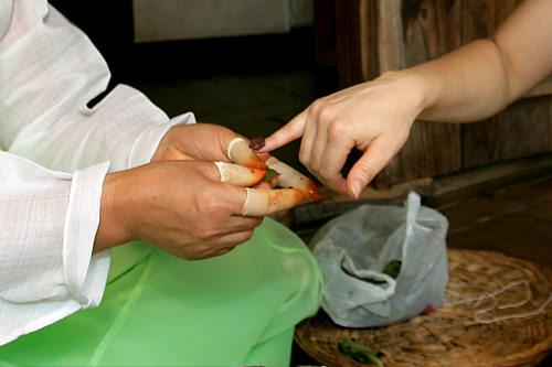 ポンソナ(ホウセンカ)で爪に色づけを