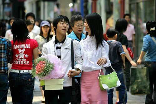 交際100日、1周年記念日には祝いの花束を