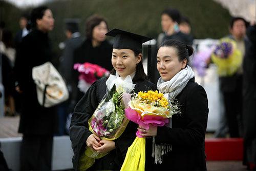 卒業式には花束を抱えながらの記念撮影が定番