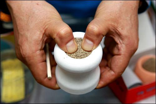 1.モグサを容器に詰め込む