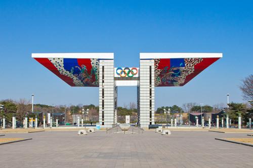 オリンピック公園のシンボル、世界平和の門