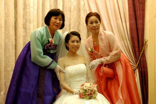 改良韓服で来てくれた母(右)、義母(左)と記念撮影