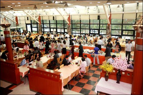 フランクな雰囲気の食事会場