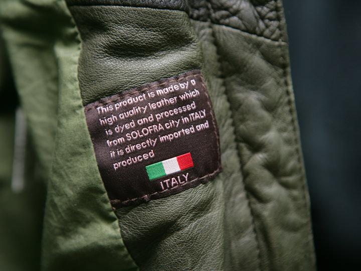 商品には素材の品質表示のタグが縫い付けられている