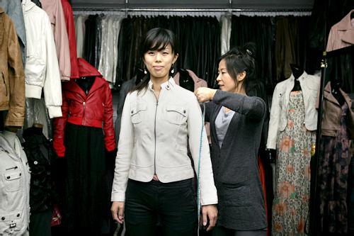 1.まずは店内の商品から気に入ったデザインを選び試着、縮みやすい肩幅や袖のサイズを中心に測ります。