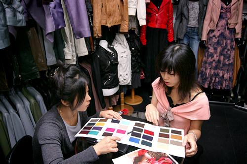 2.次に「ROBO」のカタログをもとに、具体的なデザインや色などディテールを相談して決めていきます。