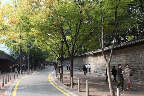 季節を感じられる散策路「徳寿宮トルダムギル」