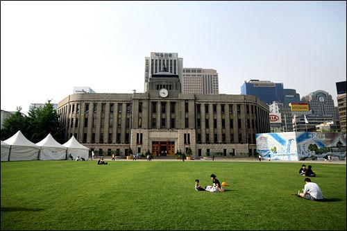 ソウル広場と改築工事前の本館(奥)