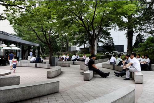 食堂正面にある公園「タサン公園」