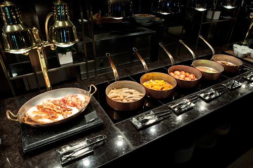 ザ・パークビューなどの有名ホテルの朝食ビュッフェを食べに行く。(編集部・NaRo)