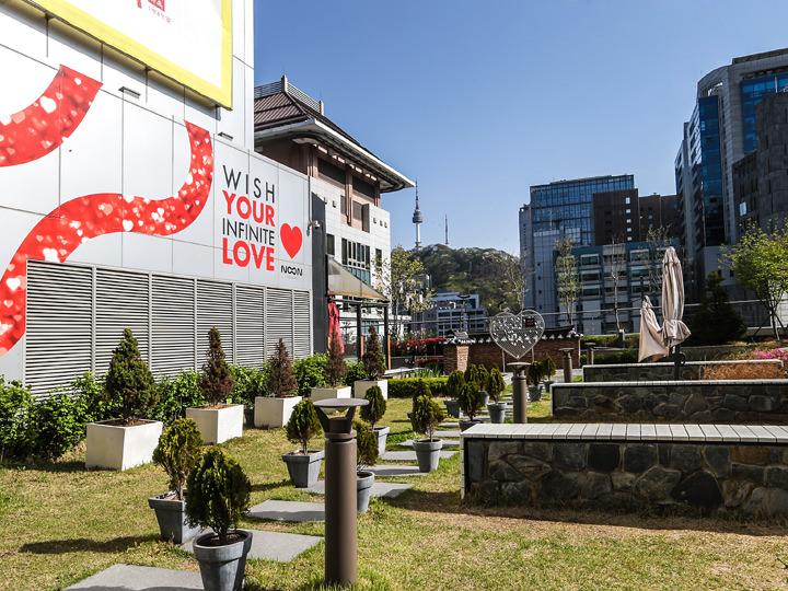 天気のいい日は南山(ナムサン)やNソウルタワーを眺めることも。フリーマーケットやヨガ教室などのイベントも開催されています。※写真はNOON SQUAREの提供によります。
