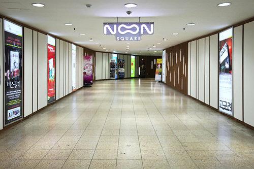 地下連絡口の天井から下がる「NOON SQUARE」のロゴ