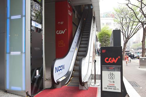 「CGV明洞」「Afternoon Garden」にまっすぐ行くなら、1階入口横にエスカレーターのバイパスも