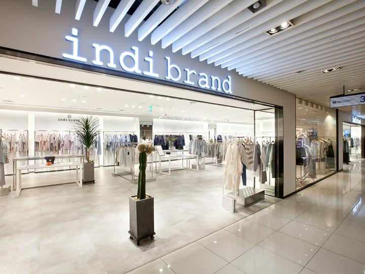 女性に特に人気の「indi brand」(3階)。シンプルなデザインの洋服がカラーごとに見やすくディスプレイされています。