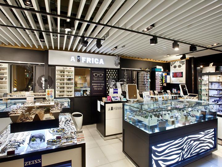 豊富なデザインのフレームやサングラスを扱う「AFRICA」(4階)など、ファッション小物店も充実しています。