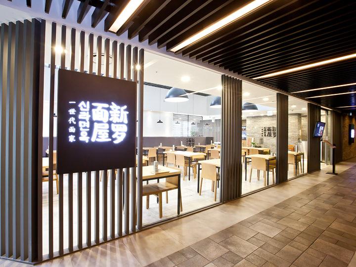 なかでも人気の韓国料理店「新罗麺屋(シンラミョノッ)」は、夏には冷麺(ネンミョン)、冬にはカルビスープ(カルビタン)が好評。