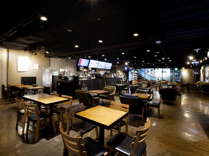 「TOM N TOMS Black」(地下1階)はほかの支店とコンセプトが異なり、シックな店内に展示された絵画を鑑賞しながらコーヒーを楽しめます。店内からエスカレーターで地上へ直接出ることも可能です。