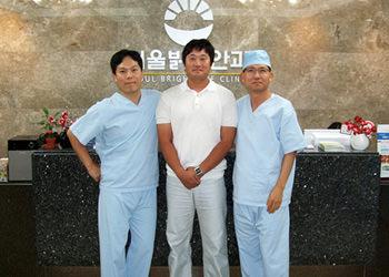 元国家代表プロ野球選手、チン・ピルチュン(中央)(左)