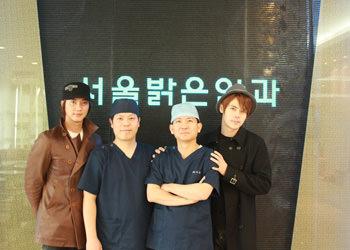 アイドルグループ・超新星のジヒョク(右)(左は同メンバーのゴニル)