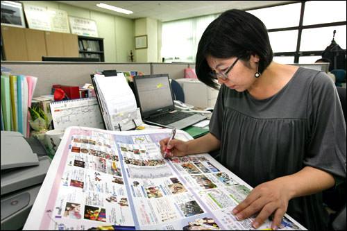 日本語の印刷物をチェック中