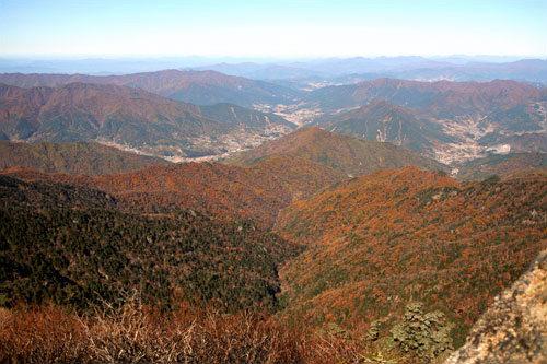 紅葉に包まれた山々
