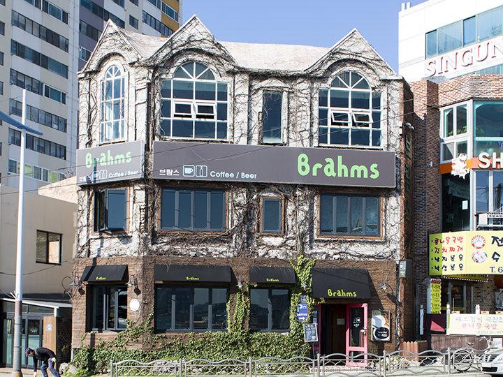 Brahms(地図青2)ビンテージ感漂うお洒落なインテリアが評判。2階窓辺の席は広安大橋が見渡せる特等席。