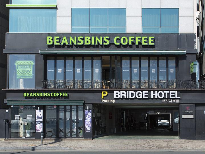 BEANS BINS(地図青3)果物がふんだんにデコレーションされたベルギー風ワッフルと自家焙煎コーヒーが人気のカフェチェーン。夏シーズンにはピンス(かき氷)も人気。