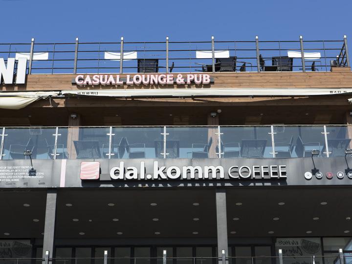 dal.komm COFFEE (地図青5)大ヒット韓国ドラマ「太陽の末裔」や、キム・スヒョン出演のドラマ「プロデューサー」などの撮影が行なわれたカフェチェーンとしてファンの間で話題。