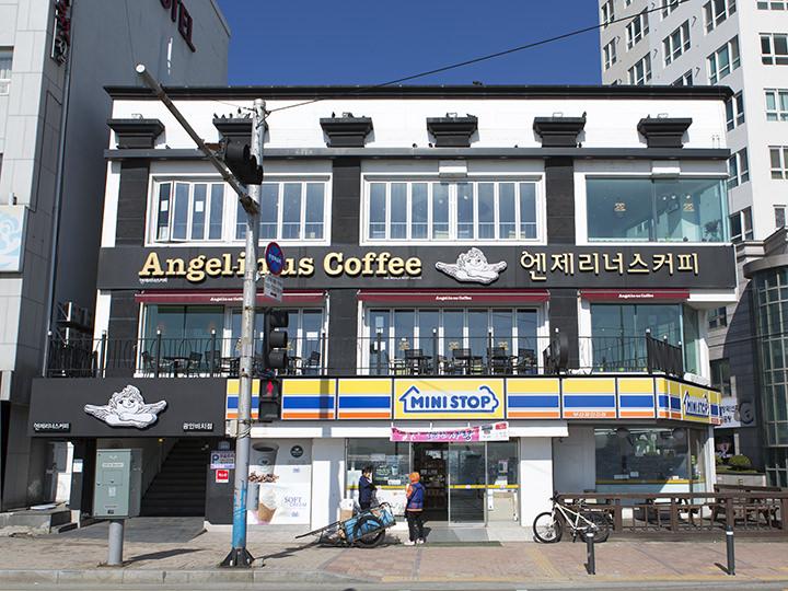 Angel-in-us Coffee(地図青6)天使をモチーフとしたコンセプトで、女性から人気の韓国有名カフェチェーン。