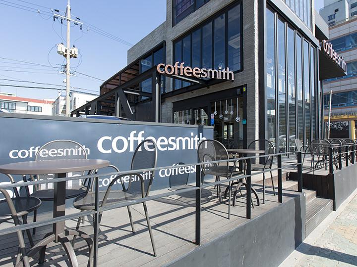 coffee smith (地図青7)韓国ドラマ「大丈夫、愛だ」で登場したカフェの広安里店。テラス席はもちろん、店内窓際の席からは広安里海岸の絶景を一望できる。