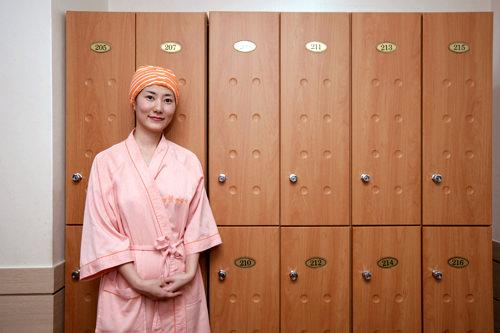 1.受付・着替え・メイク落としロッカールームでガウンに着替えます。クレンジングも用意してあるので、化粧を落とします。
